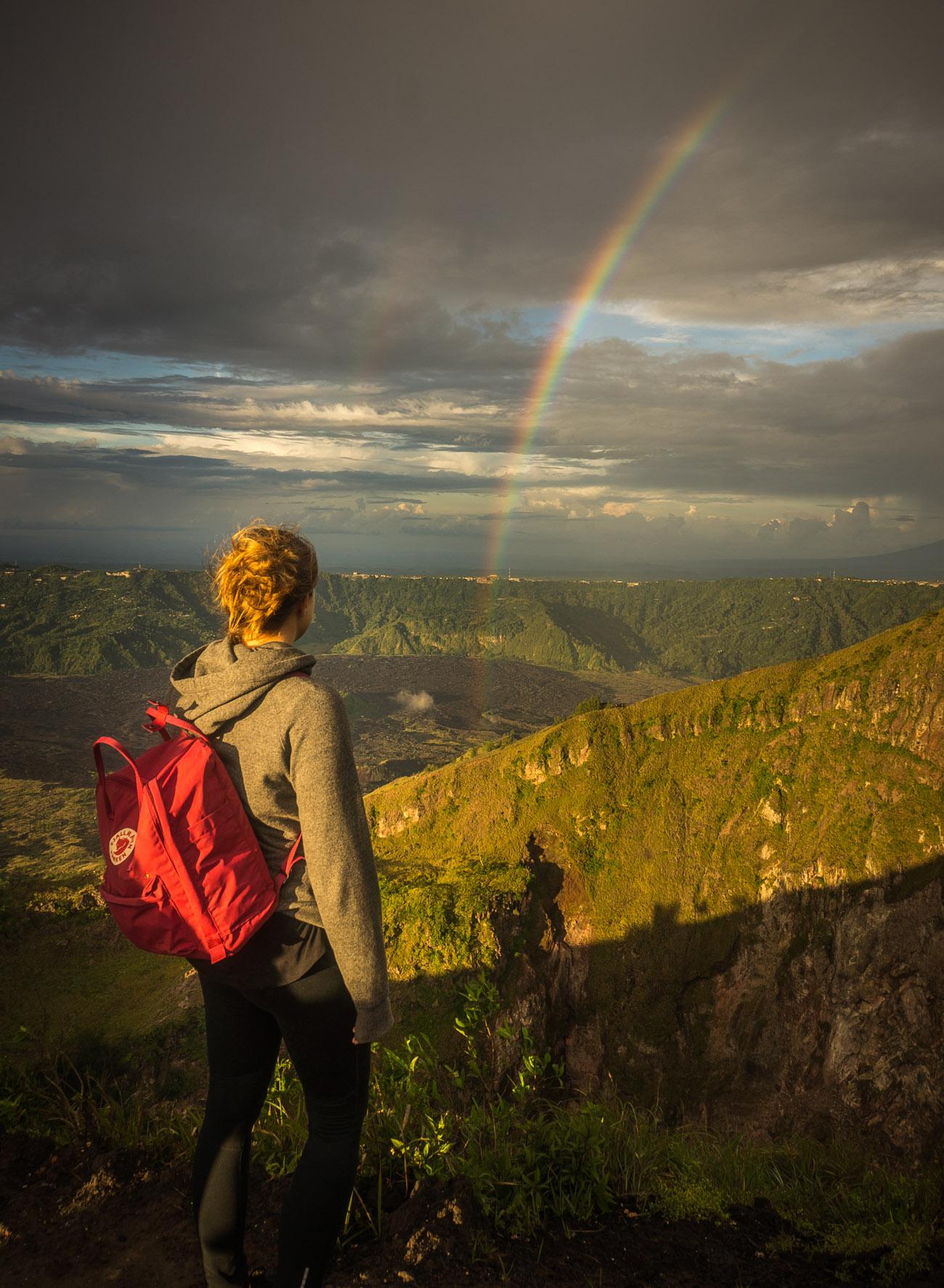 Moni genießt die Aussicht vom Gunung Batur.