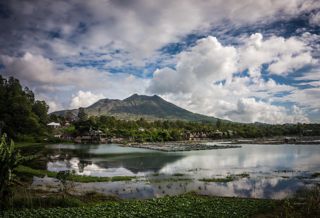 Der charakteristische Doppelgipfel des Gunung Batur von fern
