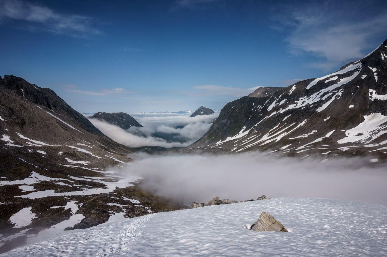 Blick zurück zur nebelverhangenen Patchellhytta.