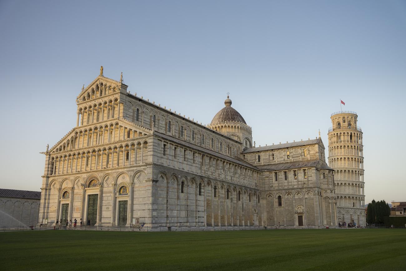 Der schiefe Turm von Pisa im Abendlicht
