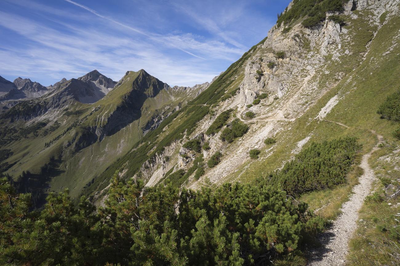 Auf dem Jubiläumsweg, mit Blick auf Lärchwand (2187 m), Glasfelderkopf (2270 m), Hochvogel (2592 m) und Großen Krottenkopf (2656 m), von re. nach li.