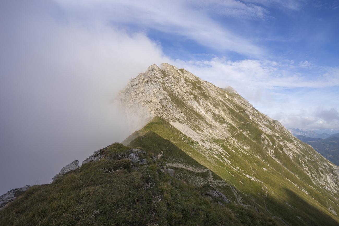 Auf der Scharte. Mittig im Bild das Gaiseck (2212 m), re. Gaishorn (2247 m)