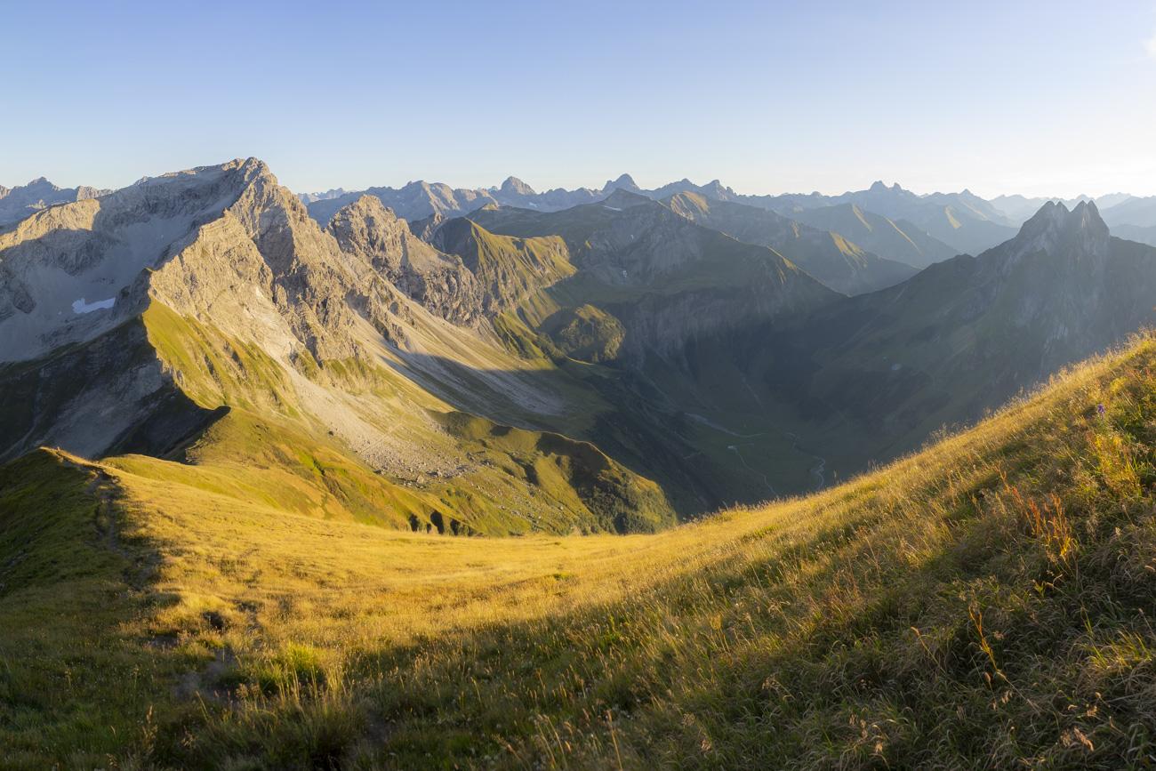 Rechts die markanten Teufelshörner der Höfats (2259 m)
