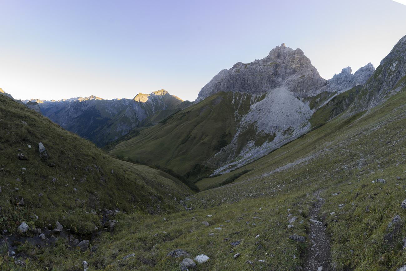 Blick zurück auf den beleuchteten Schneck, re. Höllhörner und Hornbachjoch (2020 m)
