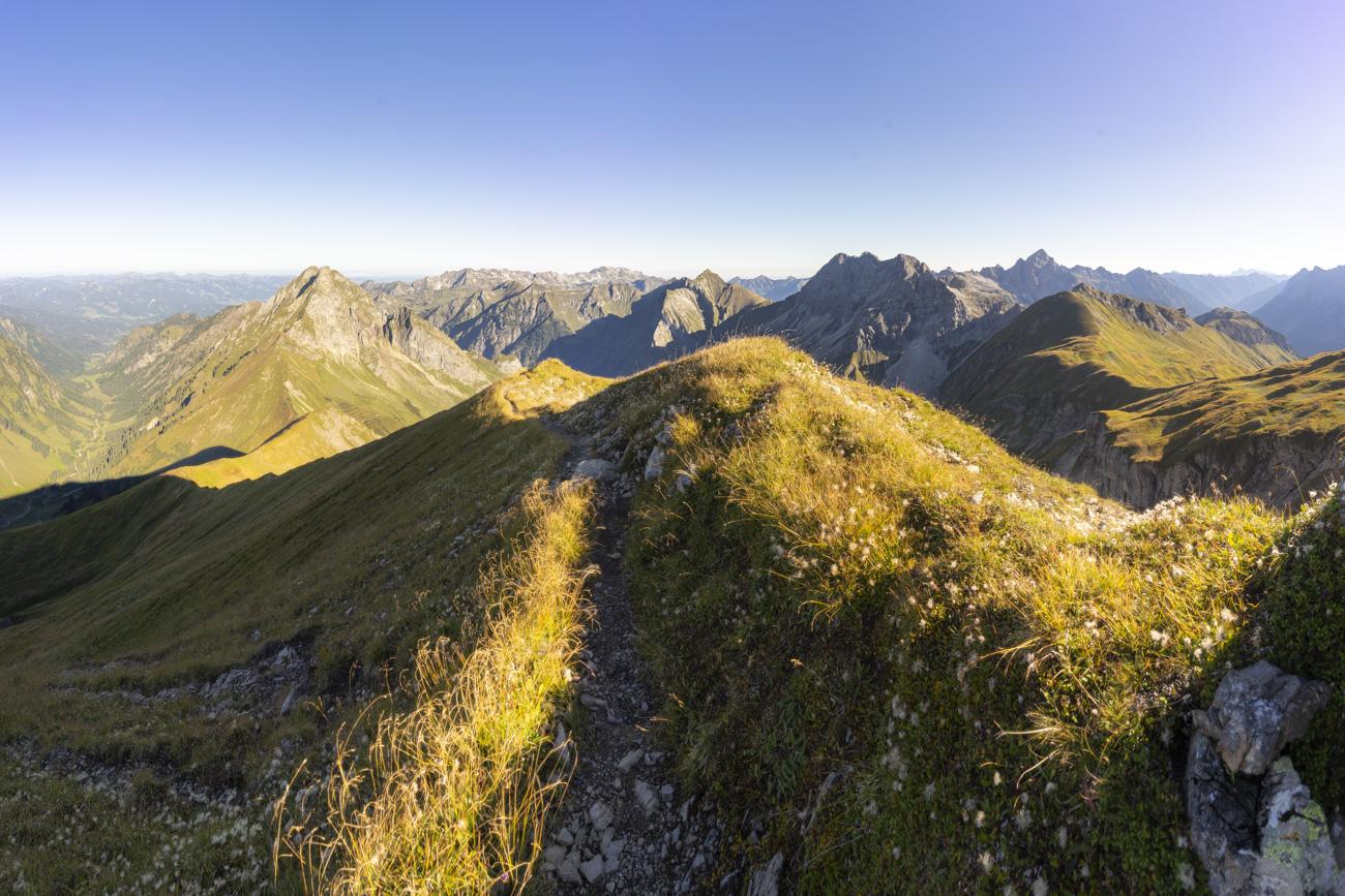 Blick zurück auf den Rauheckgrat mit Seichereck (2044 m), dahinter die Höfats