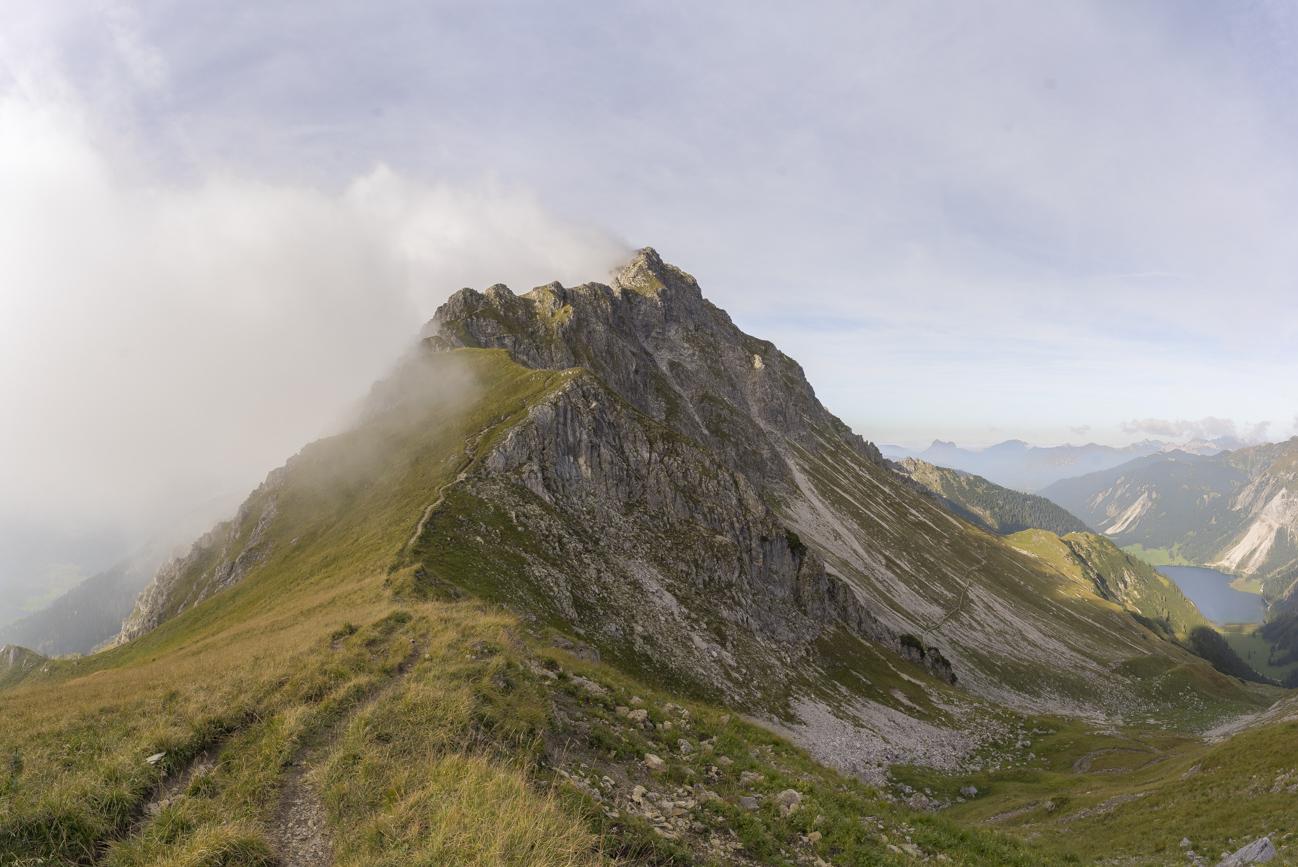Der Südgrat des Rauhhorns von der Hinteren Schafwanne (1956 m) aus gesehen, re. Vilsalpsee