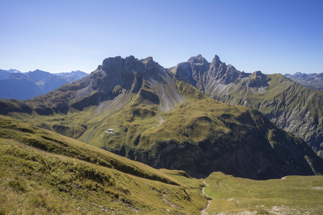 Am Sattel, mit Blick von li. nach re. auf Kemptner Hütte (1846 m), Kratzer (2428 m), Mädelegabel (2644 m) und Trettachspitze (2595 m)