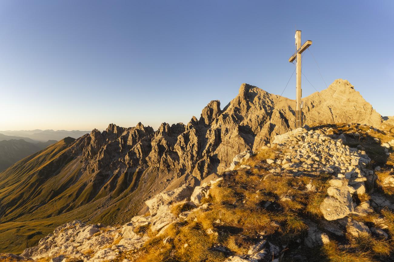 Mit Blick auf die bizarren Felstürme, re. Öfnerspitze (2575 m)