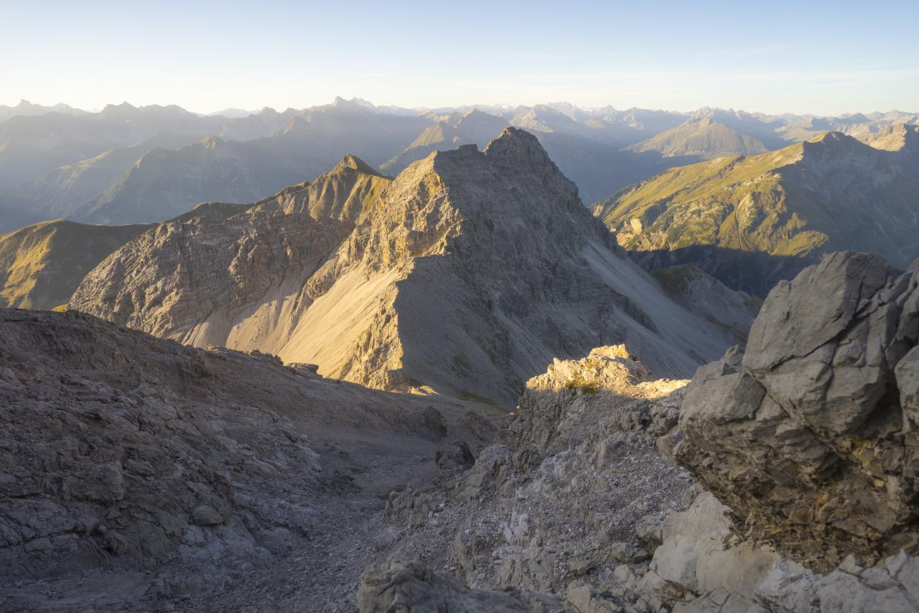 Über Platten, Bänder und reichlich Schutt dem Gipfel des Krottenkopfs entgegen
