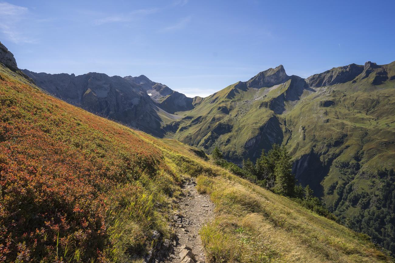 Nach der Querung unter dem Wiedemerkopf, mit Blick auf den Schneck, Himmelecksattel (2007 m) und Großen Wilder (2378 m, li.)