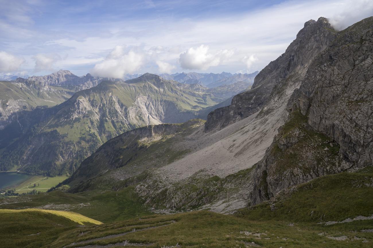 Der weitere Verlauf der Querung unterhalb des Rauhhorns (2240 m)