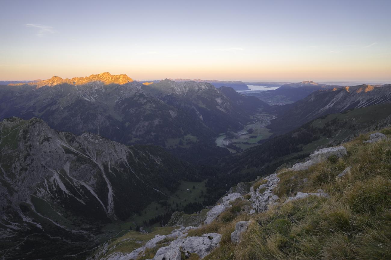 Blick zurück nach Hinterstein. Mit Nebelhorn (li.), Daumen & co. in voller Beleuchtung.
