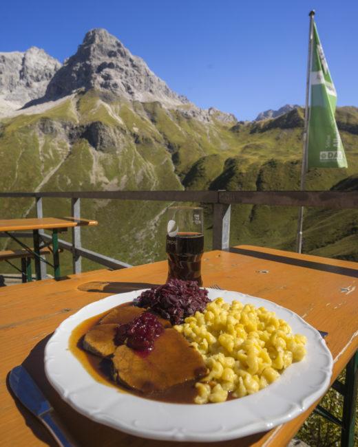 Eine Wohltat diese großen Portionen auf der Kemptner Hütte! (Dahinter: Muttlerkopf, 2368 m)