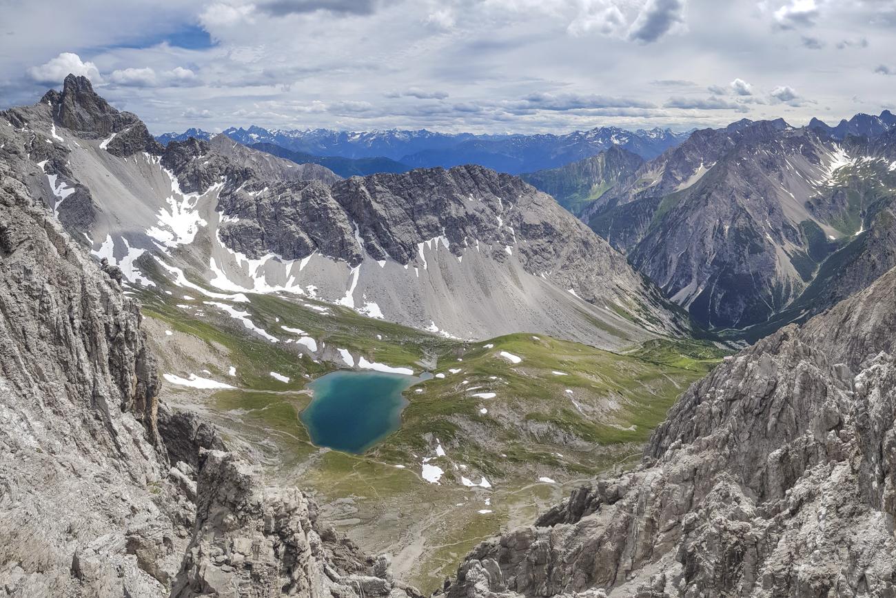 Tiefblick auf Steinsee & Steinseehütte (rechts, sehr klein)